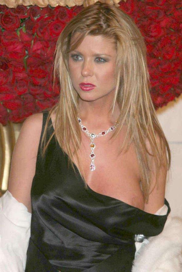 Декольте Кристины Коул – Ведьма (2004) (2004)