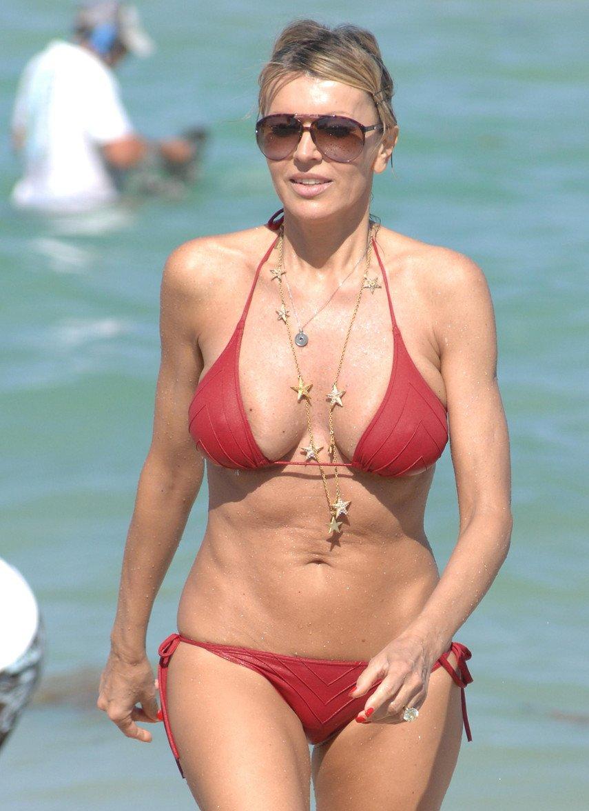 1. Рита Русич засветила грудь на пляже