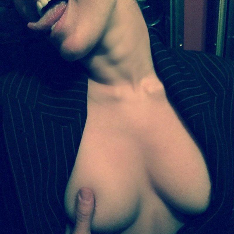 1. Майли Сайрус за голую грудь!