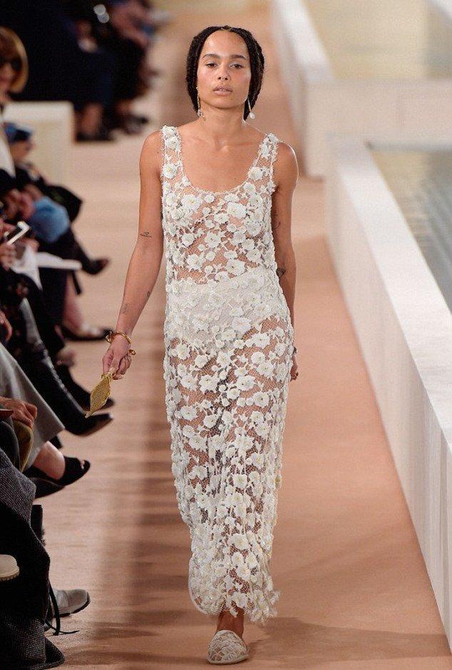 1. Зои Кравиц засветила соски в платье от Александра Вонга