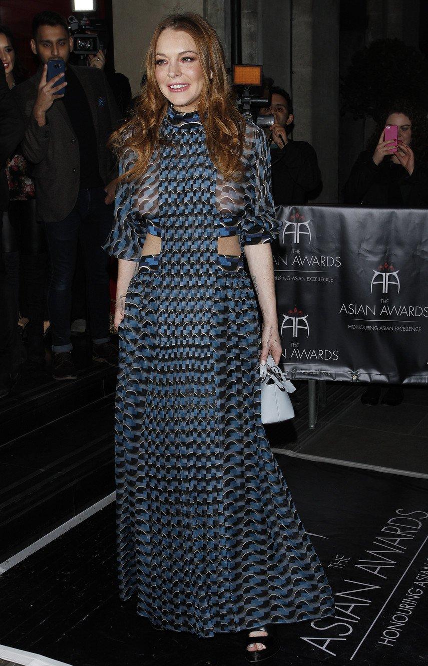 1. Линдси Лохан в прозрачном платье без лифчика на Asian Awards 2016