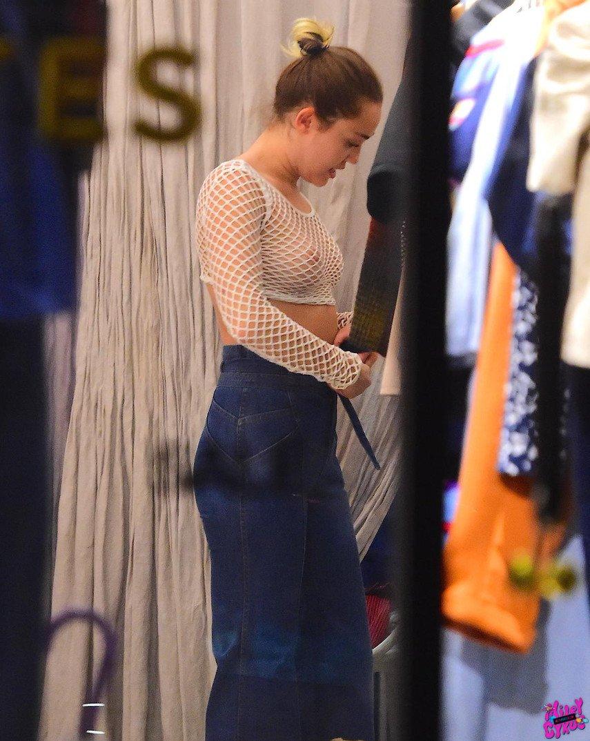 1. Полуголая Майли Сайрус с мамой на шопинге