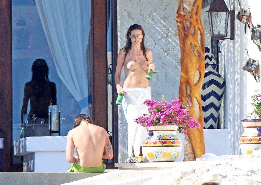 1. Хайди Клум загорает топлес на отдыхе с любимым в Мексике