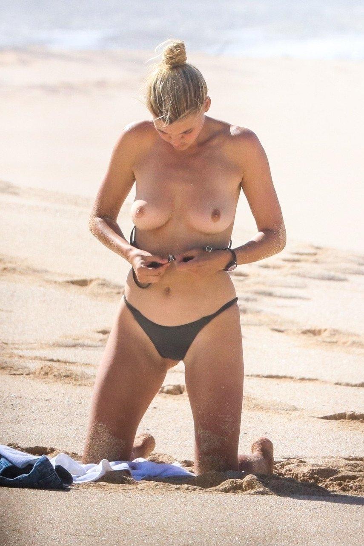 1. Келли Рорбах загорает топлес на гавайском пляже