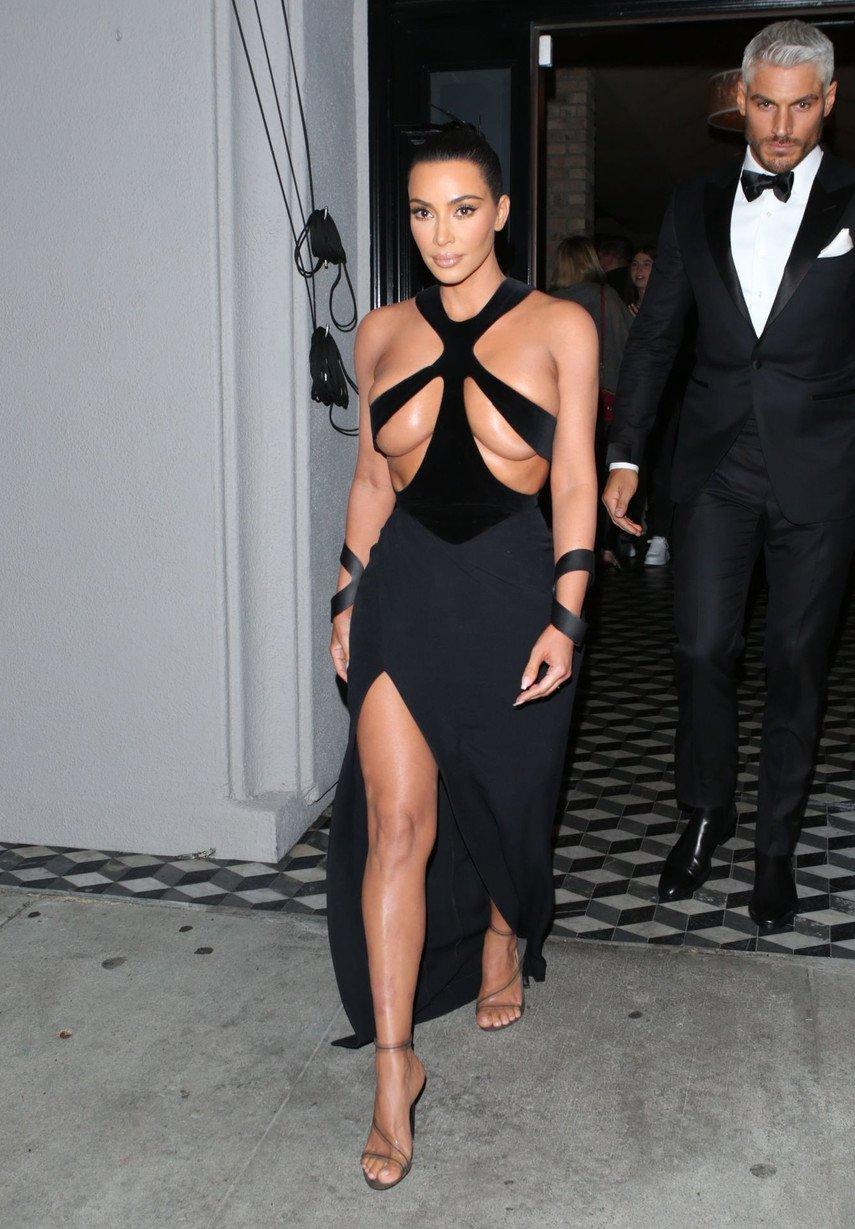 1. Винтажное «полуголое» платье Ким Кардашьян на церемонии Hollywood Beauty Awards