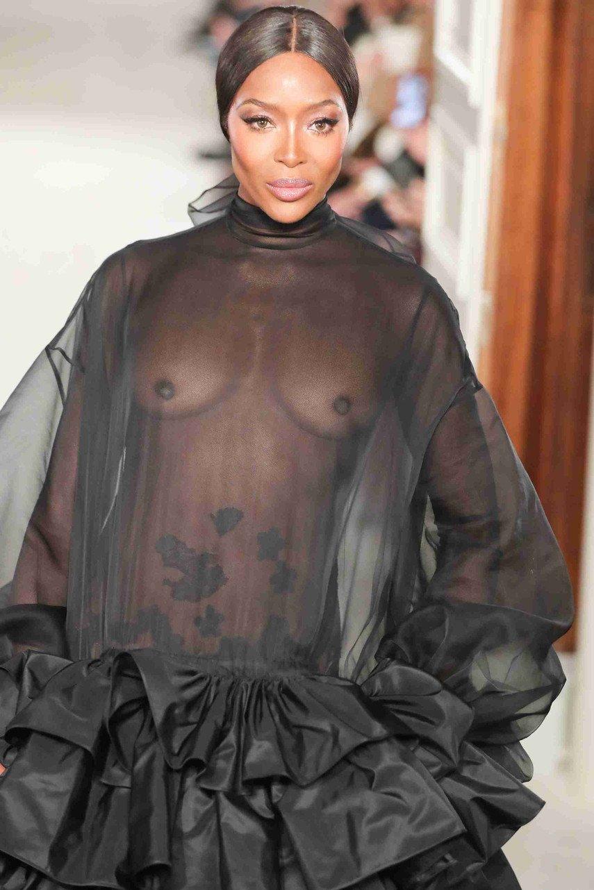 1. Наоми Кэмпбелл в прозрачном платье на показе Valentino