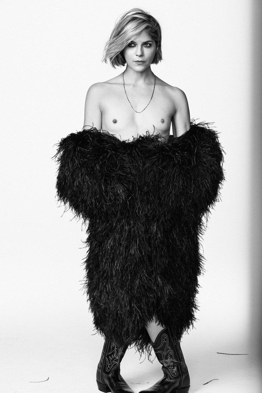 1. Сэльма Блэр оголила грудь для Vanity Fair