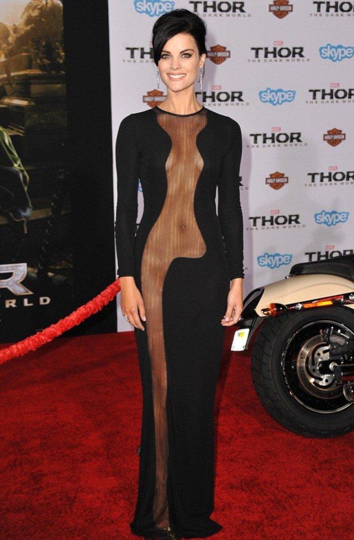 1. Джейми Александер надела черное сетчатое платье, обнажающее её тело от шеи до лодыжек