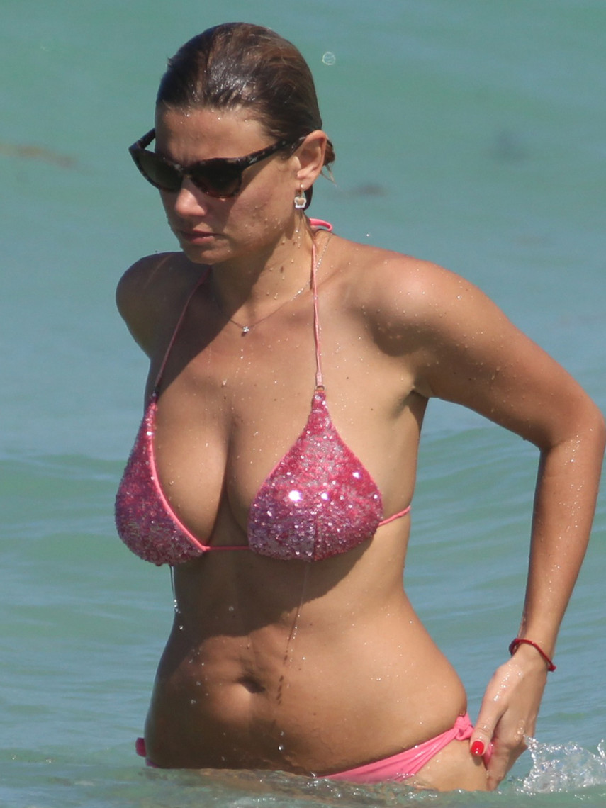 1. Катарина Василисса загорает топлес на пляже Майями