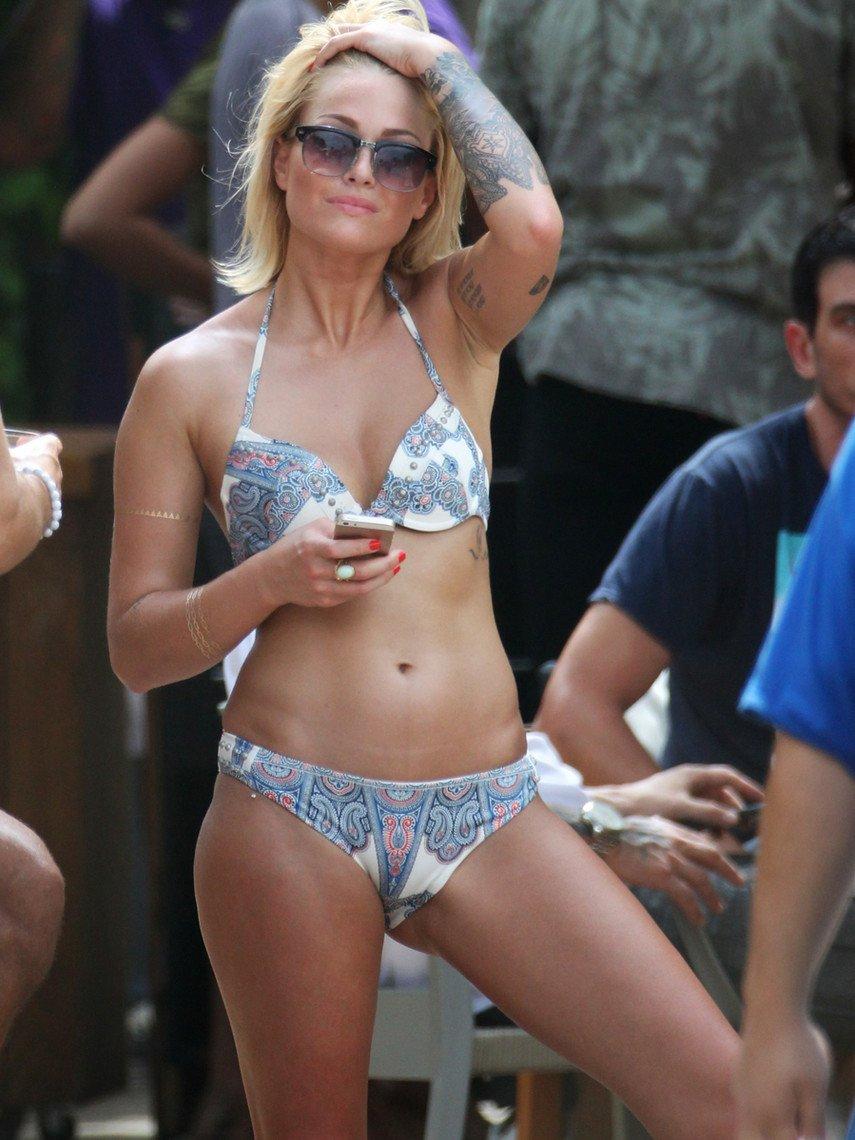 1. Каролин Ресивёр засветила грудь на отдыхе в Майями