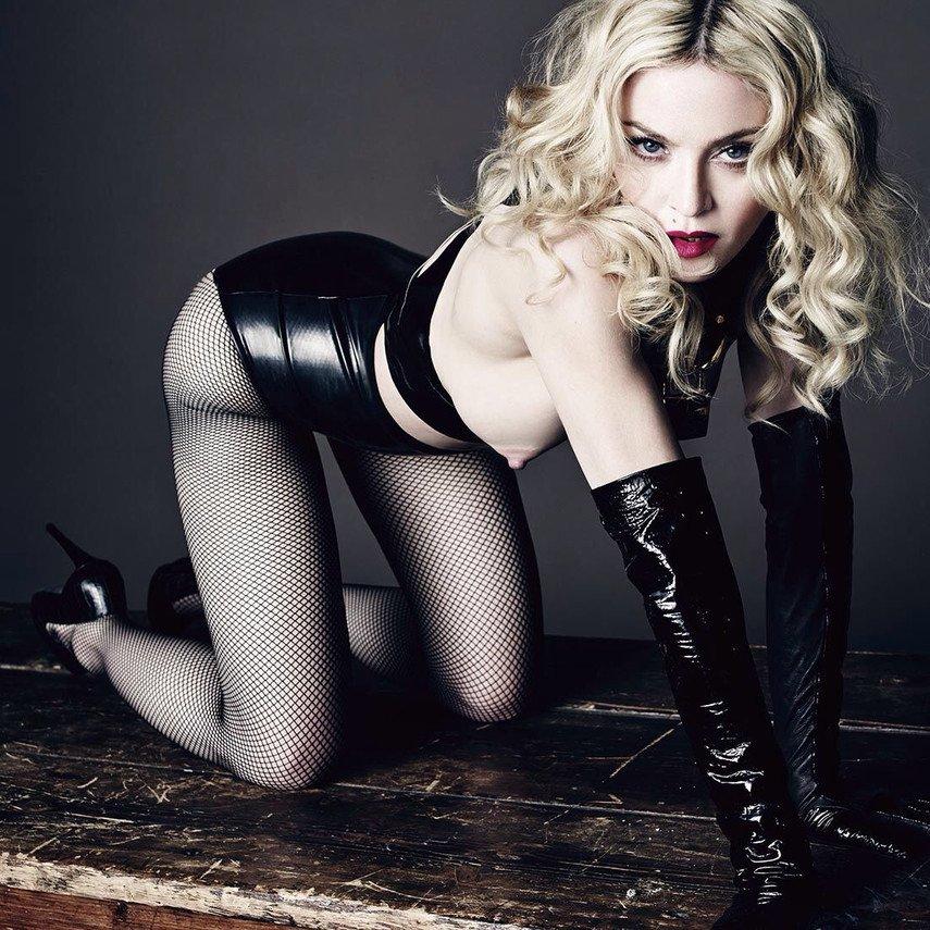 1. Голая грудь Мадонны в журнале L'Uomo Vogue