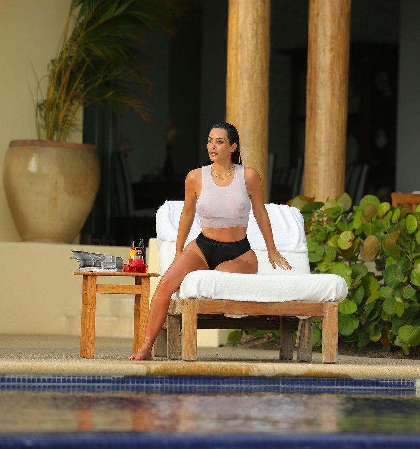 1. Ким Кардашьян показала свою роскошную грудь в мокром топе