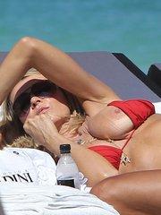 Рита Русич засветила грудь на пляже