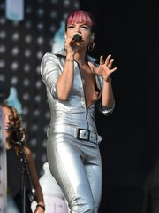 Лили Аллен показала грудь на фестивале V