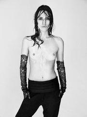 Кира Найтли обнажила грудь для Interview Magazine