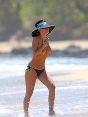 Лара Бингл загорает топлес на Гавайях