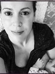 Алисса Милано кормит грудью