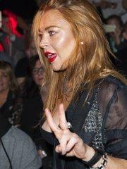 Линдси Лохан засветила грудь на модном показе