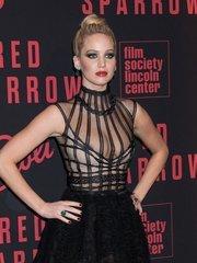 Дженнифер Лоуренс засветила сосок на премьере «Красного воробья» в Нью-Йорке