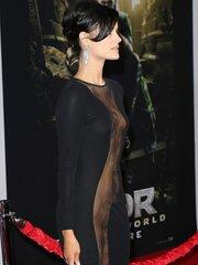Джейми Александер надела черное сетчатое платье, обнажающее её тело от шеи до лодыжек