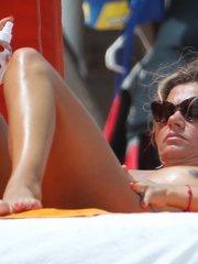 Катарина Василисса загорает топлес на пляже Майями