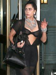 Леди Гага в прозрачном наряде прогулялась по Нью-Йорку