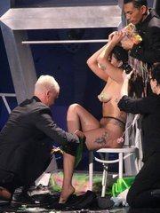 Леди Гага разделась на сцене