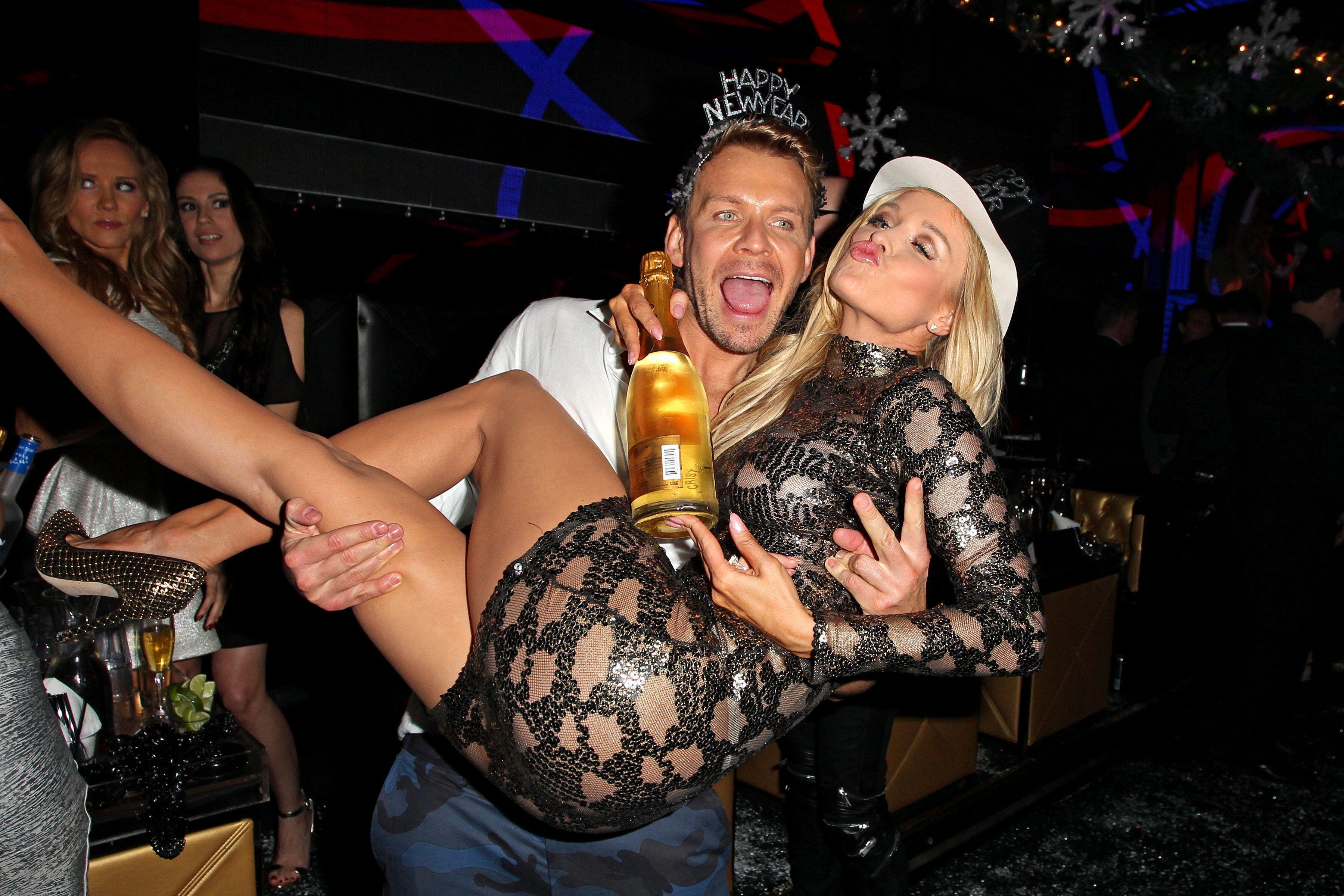 смотреть пьяные оргии в ночных клубах