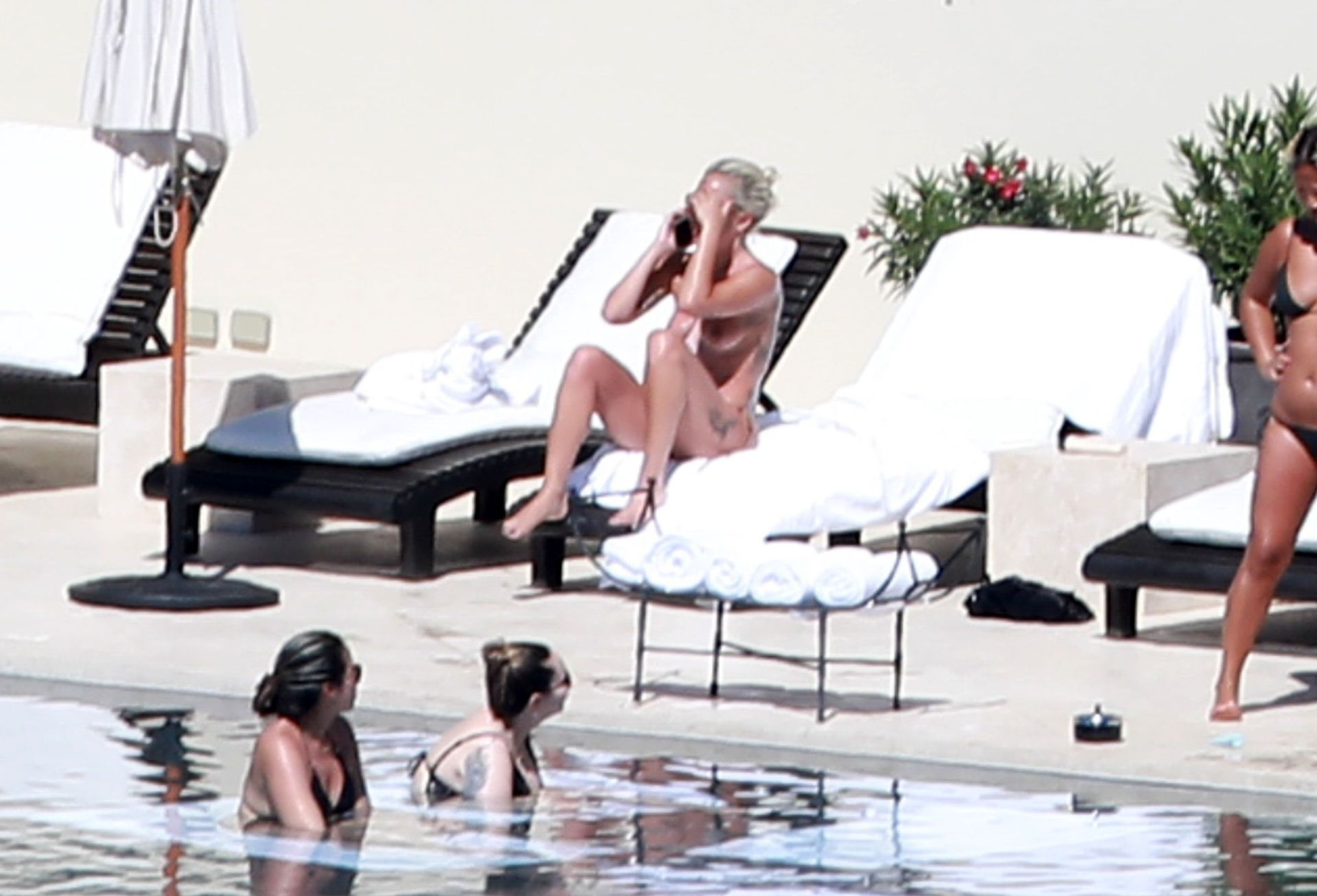 Леди Гага Загорает Топлес У Бассейна В Мексике