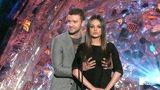 Тимберлейк трогает грудь Милы Кунис