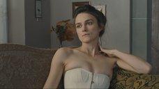 4. Кира Найтли засветила свою маленькую грудь – Опасный метод