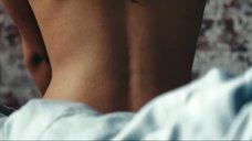 1. Сексуальная спинка Джессики Альбы – Наркоз