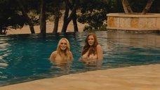 Алисия Рэйчел Марек и Линдси Лохан в бассейне