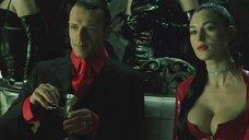 2. Декольте Моники Беллуччи – Матрица: Революция