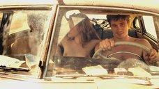 Обнаженная Кристен Стюарт мастурбирует парням в машине