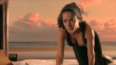 2. Сальма Хайек делает гимнастику – После заката