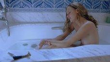 Обнаженная Бижу Филлипс принимает ванну