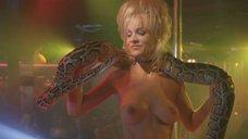 Стриптиз Барбары Элин Вудс со змеей