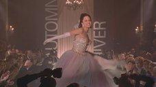 3. Яркое прохождение Анджелины Джоли по подиуму – Джиа