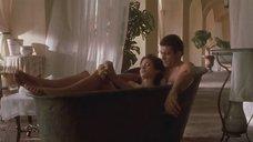 Обнаженная Анджелина Джоли принимает ванну