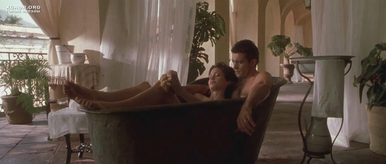 Обнаженная Анджелина Джоли принимает ванну – Соблазн (2001 ...: http://xcadr.com/videos/683/obnajennaya-andjelina-djoli-prinimaet-vannu/