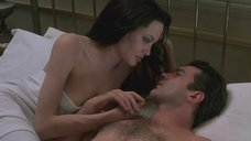 2. Анджелина Джоли засветила грудь в постели – Соблазн