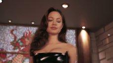 3. Госпожа Анджелина Джоли в латексном секс костюме – Мистер и миссис Смит