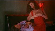 Анна Гальена играет со своими грудьми
