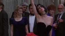 Джоэнна Гоуинг танцует с обнаженной грудью на публике