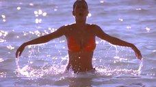 Выход из воды шикарной Холли Берри