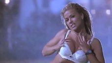 3. Полуголая Кармен Электра под брызгами фонтана – Очень страшное кино