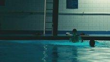 4. Прыжок голой Зои Дешанель в бассейн – Гигантик