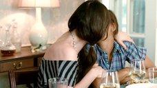 4. Лесбийский поцелуй Рашиды Джонс и Зои Дешанель – Мой придурочный брат