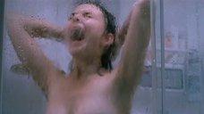 Юлия Агафонова принимает душ